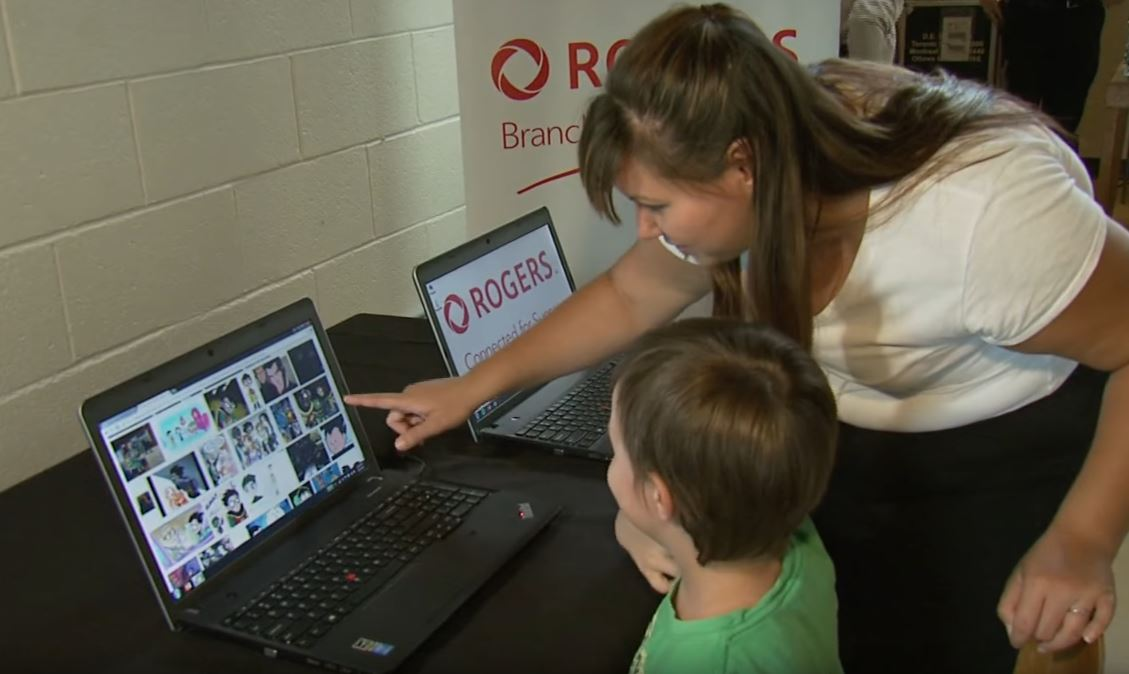 Child and lady looking at a Rogers laptop